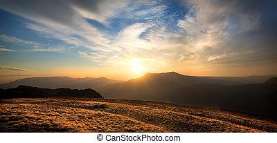 coucher soleil, sur, les, montagne