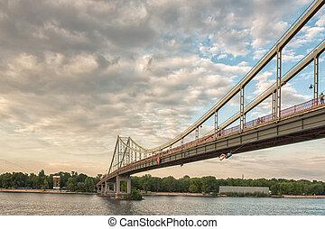 coucher soleil, sur, rivière, pont piétonnier