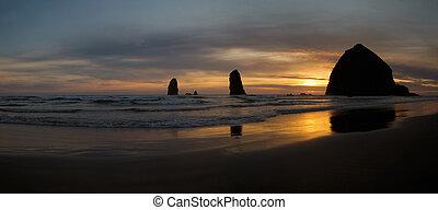 coucher soleil, sur, roche meule foin, sur, plage canon