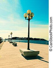 couchette, à, street-lamp, sur, mer, arrière-plan., pula, croatie