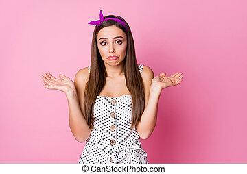 couleur, nice-looking, séduisant, pas, gesticulation, isolé, choisir, portrait, elle, mécontentement, girl, choix, straight-haired, elle, épaules, sur, savoir, arrière-plan pastel, agréable, rose