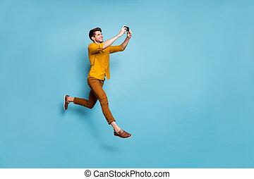 couleur, usure, fond, type, multimédia, sauter, chemise, isolé, bleu, jaune, rigolote, élevé, taille, profil, ligne, traduction, selfies, téléphone, pantalon, confection, photo, tenue, entiers