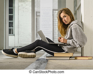 couloir, école, fonctionnement, elle, ordinateur portable, jeune, étudiant