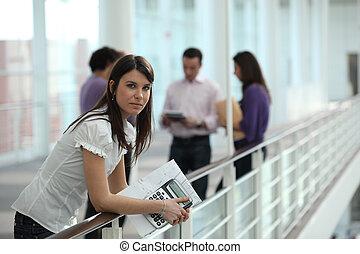 couloir, étudiant féminin