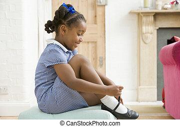 couloir, fixation, jeune, chaussure, devant, fille souriant