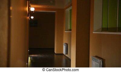 couloir hôtel, jaune, employé, directeur, soir, femme, lumière, long