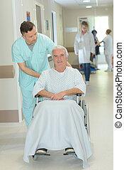 couloir, long, personne agee, fauteuil roulant, patient, pousser, infirmière