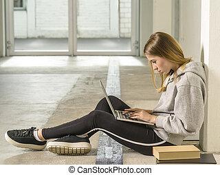 couloir, ordinateur portable, jeune, étudiant, fonctionnement, elle, école