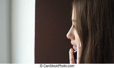 couloir, téléphone bureau, mobile, femme affaires, jeune, conversation