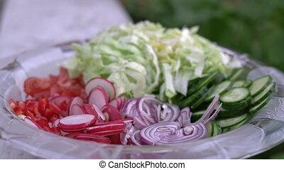 coupé, été, salade verte, salade, tomates, beaucoup, légumes, -, oignon, radis, verre, délicieux, concombre, fraîchement, salad., bol, rouges