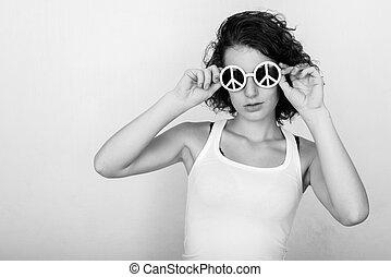 coup, beau, mur, peint, studio, contre, signe, paix, adolescent, vert, tenue, girl, lunettes soleil