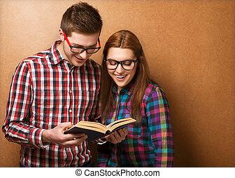 coup, couple, vêtements, jeune, book., hipster, élégant, studio, verres lecture
