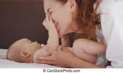 coup, enfance, enfants, fin, vie, maternité, concept, motherhood., haut, paternité, elle, crèche, jouer, authentique, nouveau-né, bébé, jeune, morning., mère