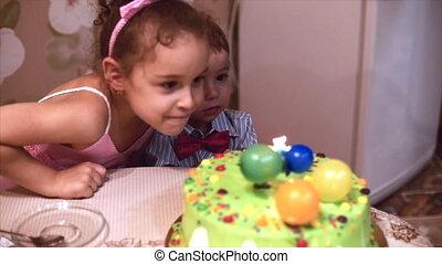coup, garçon, peu, concept, family., famille, candles., deux, anniversaire, années, aidé, sien, mère, soeur, heureux, célèbre, lui, dehors