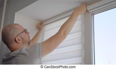 coup, gras, bricoleur, installation, indoor., haut, fenêtre, fin, abat-jour