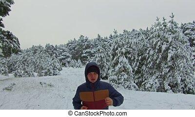 coup, hiver, neigeux, coureur, arbre, jeune, sportif, neige, forest., courant, par, forêt, devant, homme, vue