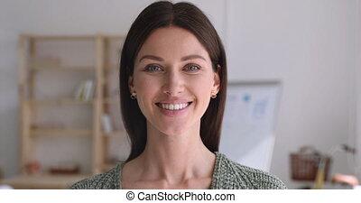 coup, jeune, séduisant, tête, businesswoman., confiant, haut fin, heureux