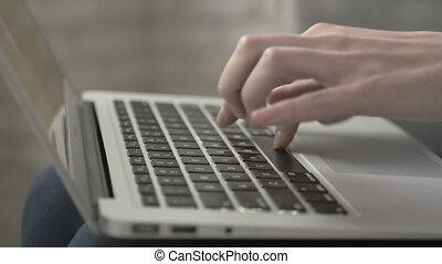 coup, ordinateur portable, dactylographie, haut, femelle transmet, fin