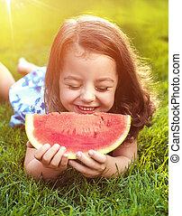 couper, jardin, closeup, tenue, portrait, pastèque, fille souriante