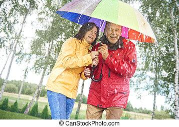 couple, à, a, arc-en-ciel, parapluie