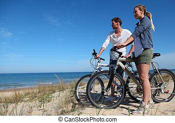 couple, à, bicycles, regarder océan