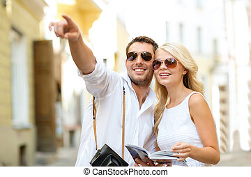 couple, à, carte, appareil photo, et, voyageurs, guide