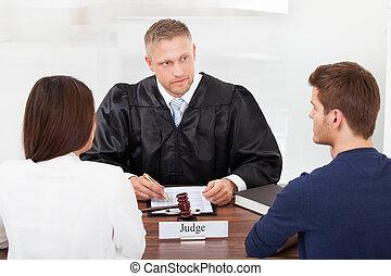 couple, à, juge, dans, tribunal