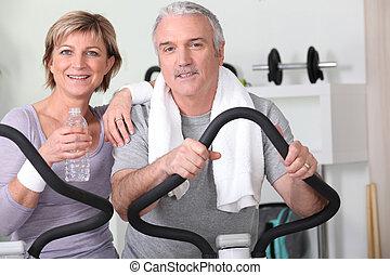 couple âgé, à, les, gymnase