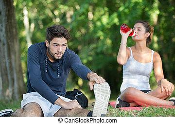 couple, étirage, eau, quoique, dehors, boire