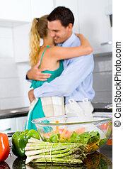 couple étreindre, cuisine