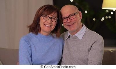 couple étreindre, heureux, sofa, personne agee, maison