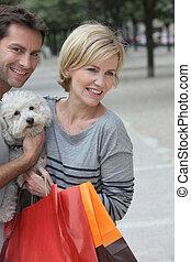 couple, achats, chien, dehors