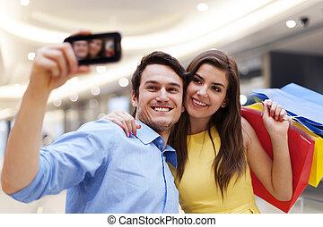 couple, achats, heureux, pendant, photo prenant