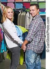 couple, achats, jeune, vêtements
