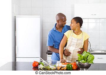 couple, africaine, étreindre, cuisine