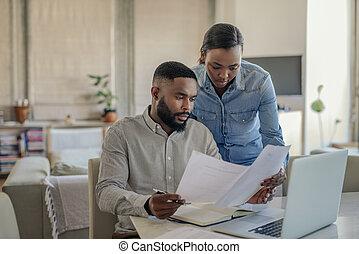 couple, africaine, jeune, banque, américain, ligne, maison