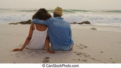 couple, africaine, vue, arrière, délassant, américain, 4k, ensemble, plage