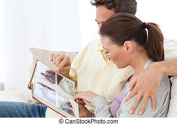 couple, agréable, album, images, regarder, sofa, photo