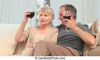 couple, agréable, apprécier, verre vin, retiré, rouges