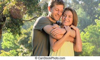 couple, aimer, étreindre, dehors