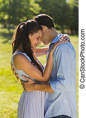 couple, aimer, parc, jeune, embrasser