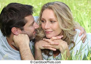couple, aimer, pré, embrasser