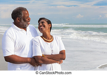 couple, américain, africaine, personne agee, plage, heureux