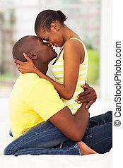 couple, américain, jeune, africaine, baisers