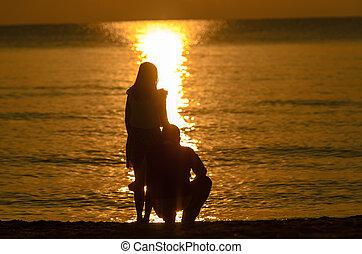 couple, amant, levers de soleil, tenant main