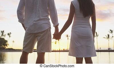 couple, amour, lune miel, vacances, coucher soleil, tenant mains, romantique, apprécier