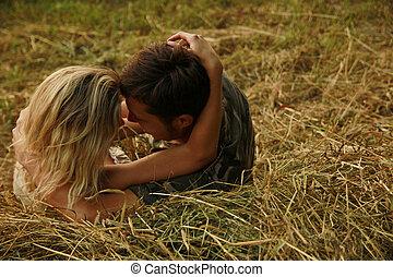 couple, amoureux, sur, a, meule foin, dans, nature