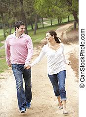 couple, amusant, dans parc