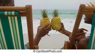 couple, ananas, africaine, grillage, vue, arrière, américain, jus, 4k, plage