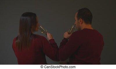 couple, année, célébrer, nouveau, tintement, lunettes champagne